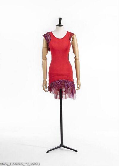 Jurk bestaande uit een rode hemdvorm in katoentricot; met pofmouwen en gefronste rokpanelen in rode iriserende tricot