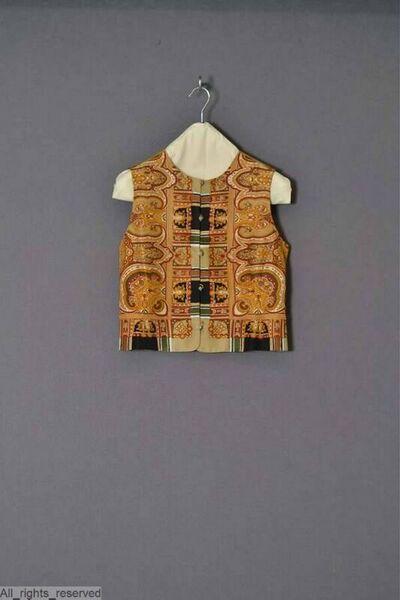 Gilet in zide bedrukt met een beige kashmirmotief; voering in beige kunstzijde; sluit met beige knopen (apenvuistknopen)