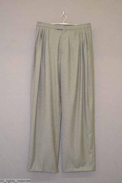 Grijze wollen lange broek met brede pijpen, met twee steekzakken vooraan en een reeks onregelmatig gelegde bandplooien.