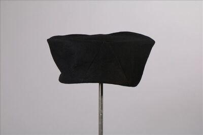 Hoed in zwarte en groene vilt met hoge zijden en platte bol