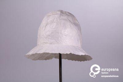 Regenhoed in wit geplastificeerd papier