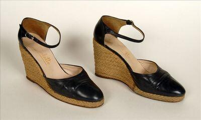Zwarte, leren schoenen met plateauzolen overtrokken met koord