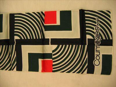 Foulard in ecru zijde met groene, zwarte en rode geometrische tekeningen