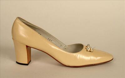 Schoen in lichtgeel leer versierd met lieveheersbeestje