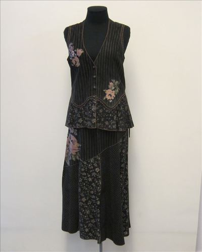 Ensemble bestaande uit gilet en rok in zwarte suède met streep- en bloemmotief