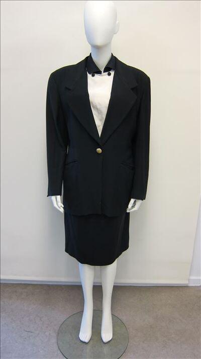 Esemble bestaande uit vest in zwarte wol met bijhorende riem, rok uit zwarte wol, bloes in ecrukleurig zijde