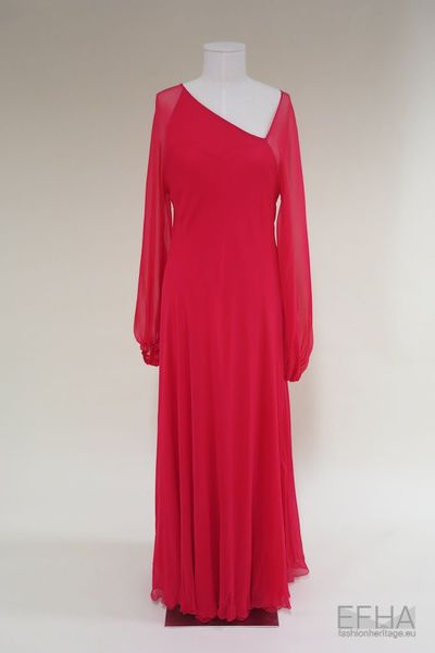 Vestido assimétrico com mangas compridas
