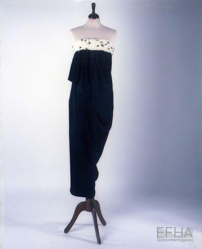 Vestido de corte direito com aplicações de penas bicolores