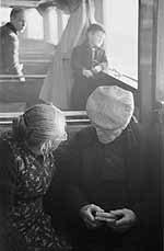 Oudere mensen op de evacuatieboot na de watersnoodramp, Zeeland (1953)