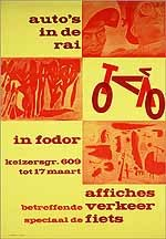Auto's in de RAI. In Fodor. Affiches betreffende verkeer speciaal de fiets.