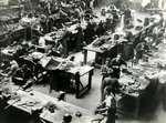 Spaanse Burgeroorlog. Wapenfabriek van de Spaanse Regering waar loopgraafmortieren worden gemaakt, bij Madrid. 1937.