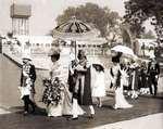 Vorstenhuizen. Het koningshuis van Engeland. Koning George V en koningin Mary lopen met hun gevolg over een loper in een stoet  tijdens de kroningsplechtigheid in Dehli. 1912. India.