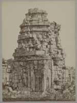 De achterzijde van een van de kleine tempels van het boeddhistische tempelcomplex Tjandi Sewoe bij Prambanan op Midden-Java