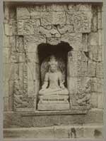 Nis met een sculptuur van Manjucri in het voorportaal van een der tempels van het Tjandi Plaosan complex op Midden-Java