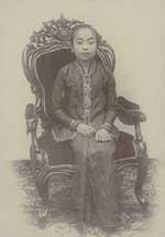 Portret van een zittende Javaanse vrouw aan het hof van Yogyakarta