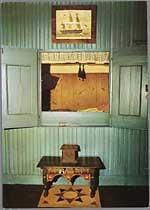 """Blik in de bedstee van de stijlkamer van de oudheidkamer van """"de Ouwe Pôlle Ameland"""" te Hollum."""