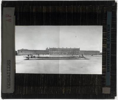 Versailles. Château de Versailles :Exterieur: Algemeen zicht op het paleis en de vijver vanuit de tuin