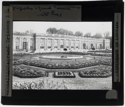 Versailles. Grand Trianon :Exterieur: Zicht op gevel vanuit de tuin