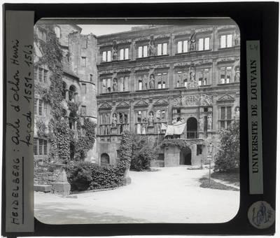 Heidelberg. Schloss Heidelberg :Exterieur: Gläserne Saalbau (1) en Ottheinrichsbau (2)