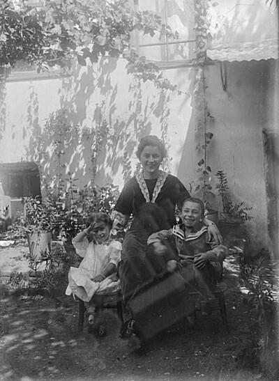 Екатерина Сирманова с децата си Христина и Васил.