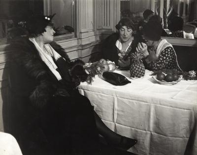 Heléne Gosset, középen Gabrielle Réval, jobbről Mme Croci