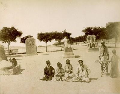 Gruppe von Jungen vor ägyptischen Skulpturen