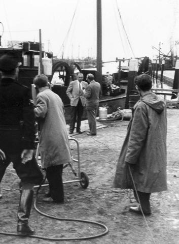 Bruinisse. Haven. Burgemeester H.K.Michaëlis staat op de haven van Bruinisse een verslaggever te woord. overige personen onbekend