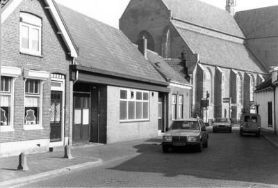 Haamstede. Weststraat. Bakkerij van Hogenaar, kort voor de sloop. Links de woning van Johan Spee, Op de achtergrond de Ned.Herv. Kerk van Haamstede.