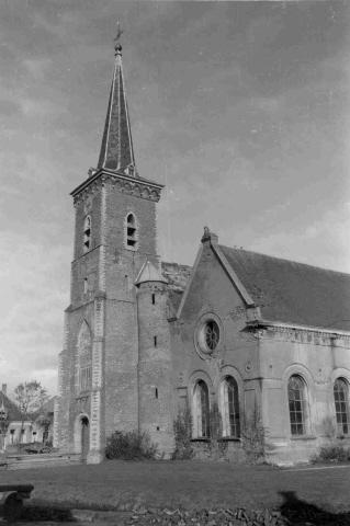 Dreischor. Nederlandse Hervormde kerk (Adrianuskerk). De zuidwestzijde van de kerk, voor de restauratie in de jaren 1959-1968. Toen is de pleisterlaag verwijderd en kregen de ramen hun oorspronkelijke model terug.
