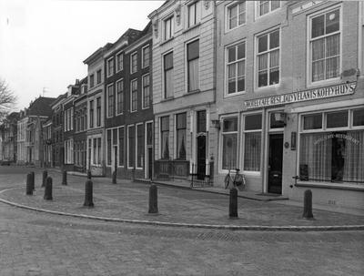 """Zierikzee. Kraanplein. Geheel rechts hotel-café-restaurant """"Duyvelants Koffyhuys"""" (later """"De Drie Morianen"""")."""
