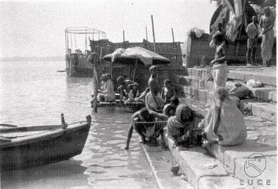 Benares Indiani sui ghat