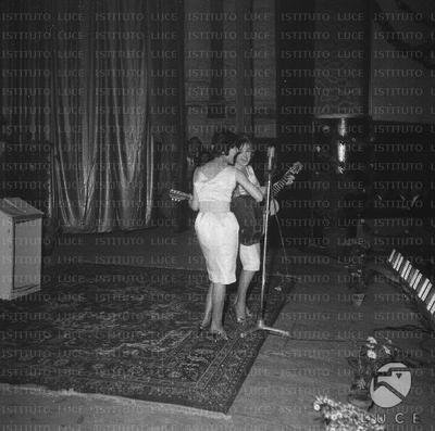 Bari Il duo musciale Jolly Sistes si esibisce sul palco del Festival di Bari