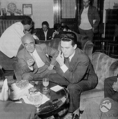 Lombardi seduto su una poltrona senza occhiali