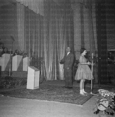 Bari Loredana canta in piedi davanti al microfono