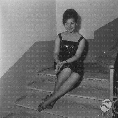 Roma Anna Maria Mancini seduta sui gradini delle scale di casa