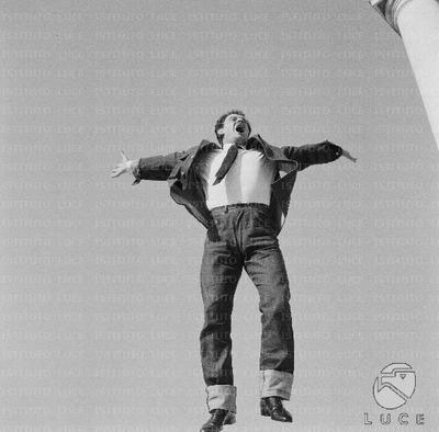 Domenico Modugno salta con le braccia aperte