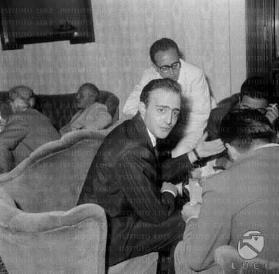 Salvatore Palomba seduto in una poltrona durante un incontro di autori di musica leggera