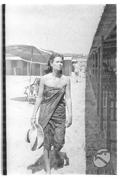 Lea Massari ripresa mentre procede lentamente sulla spiaggia avviandosi  verso una cabina, durante una pausa del film La giornata balorda - totale