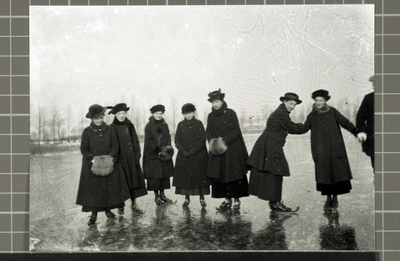 Image from object titled Dames waarvan een aantal uit de familie Caris Hoogstraat 22 (anno 2013 nummer 28) op Friese doorlopers