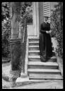 Bildnis Marie Mauter (1886-1972) auf Treppe