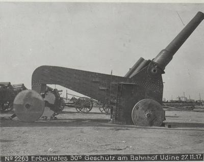 Image from object titled Erbeutetes 30.5 Geschütz am Bahnhof Udine 27.11.17.