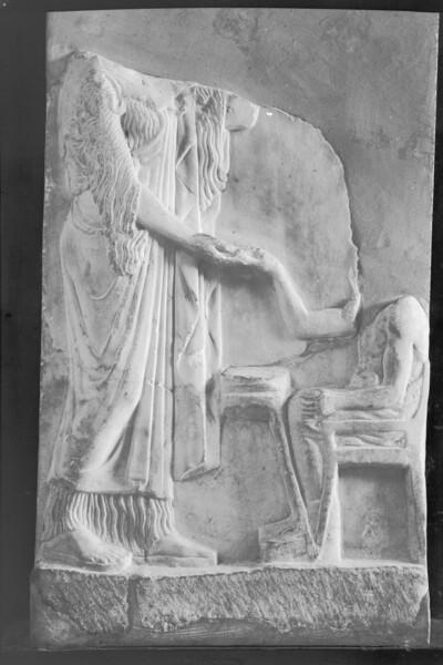 Weihrelief: Athena mit Töpfer