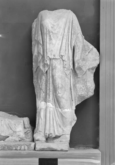 Kopie eines Nymphenreliefs: Peplosfigur