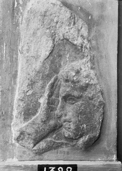 Grabrelief mit Jünglingskopf