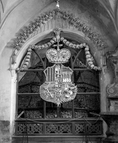 Wappen der Schwarzenberger aus menschlichen Gebeinen