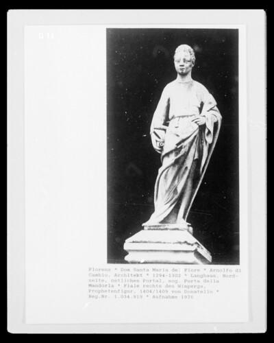 Fiale rechts vom Wimperg, Prophetenfigur