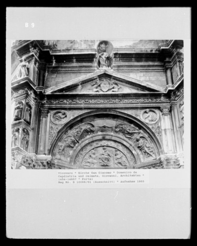 Madonna mit betenden Stifterfiguren und Heiligen, betende Engel und die Taube des heiligen Geistes in der Archivolte