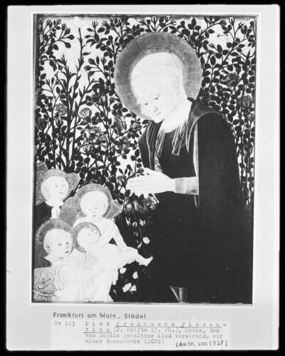 Maria, das von Engeln gehaltene Kind verehrend, vor einer Rosenhecke