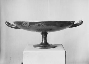 Trinkschale mit Symposionsdarstellung (Repro aus: Ernst Langlotz, Griechische Vasen in Würzburg, 1932, Tafel 145)