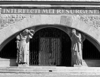 Denkmal für die Dreikaiserschlacht bei Austerlitz — Portal (Äußeres - von Nordwesten); Portal mit trauernden Frauenfiguren